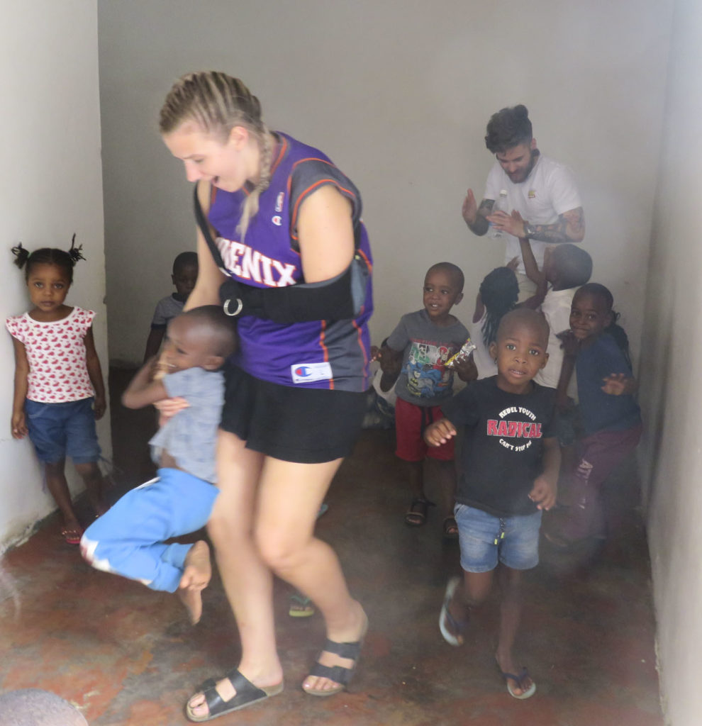 Ung kvinne leker med barn