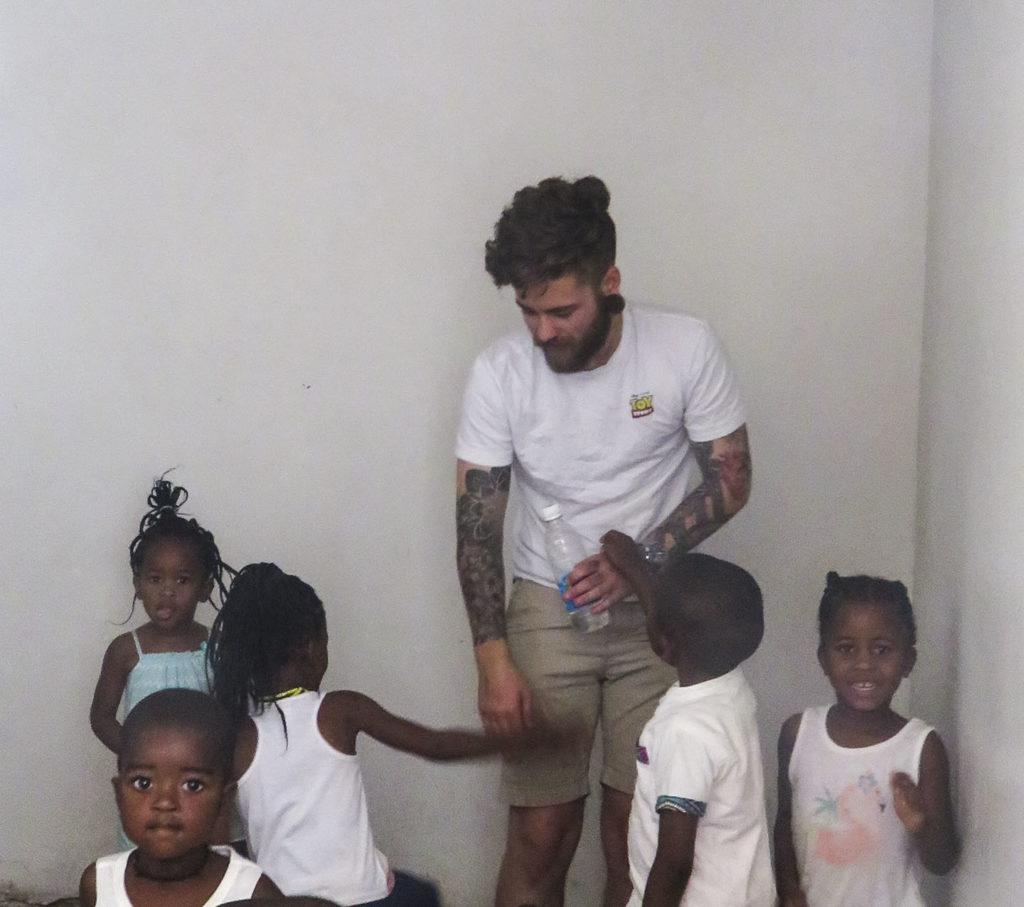 Ung mann leker med barn