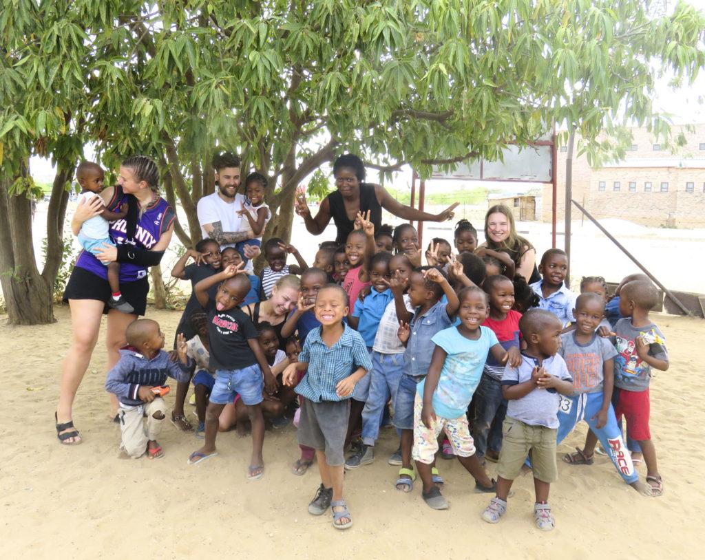 Smilende gruppe barnehagebarn