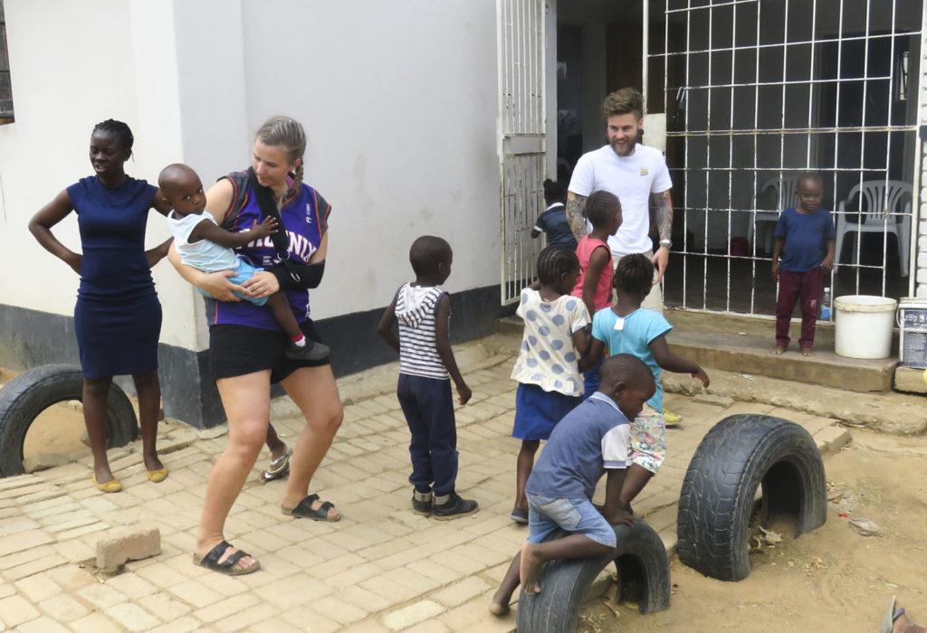 Ung mann og kvinne leker med barnehagebarn