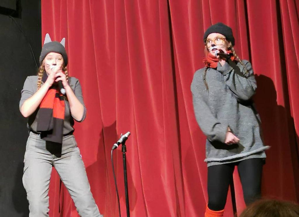 Elever lager teaterforestilling på Elverum folkehøgskole