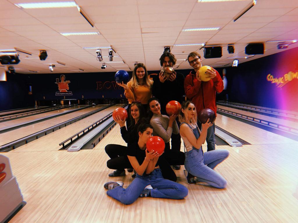 Gruppe elever på bowling