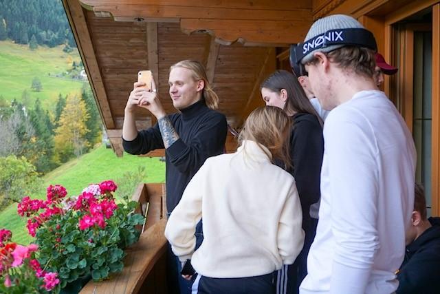 Unge mennesker fotograferer fra balkong
