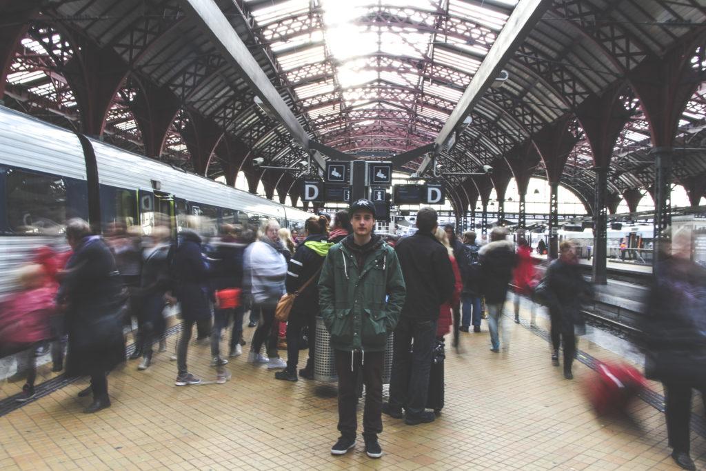 Ung mann på togstasjon