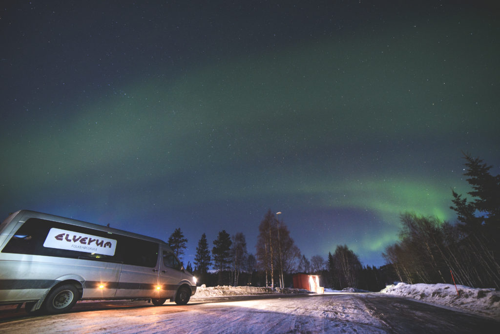 Minibuss fra ELverum folkehøgskole under nordlys på vei til Lofoten