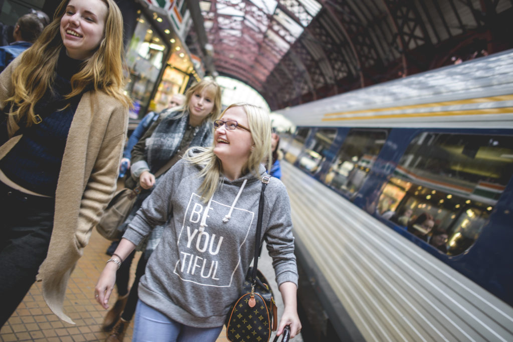 Elever på togstasjon