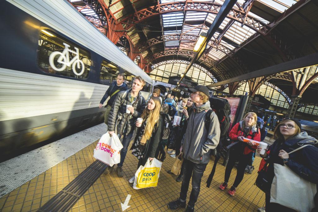 Elever på interrail med sekk på togstasjon