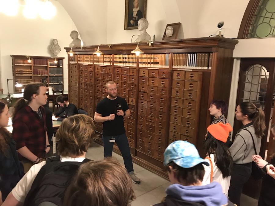 Gruppe på omvisning i biblioteksarkiv
