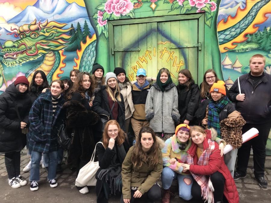 Gruppe foran graffitivegg i Christiania