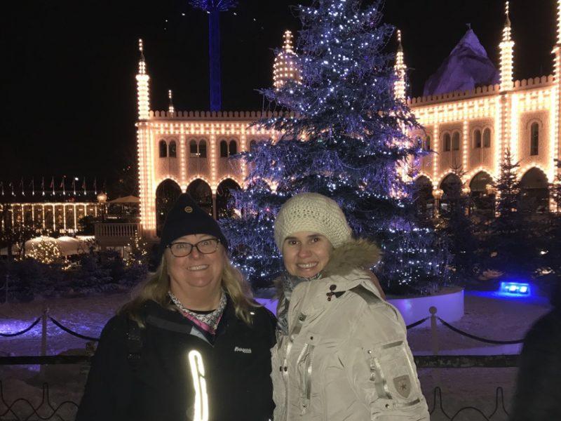 To damer i Tivoli foran julelys