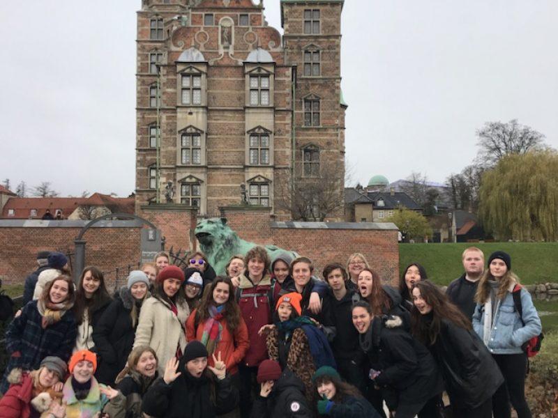 Elevgruppe foran Rosenborg slott