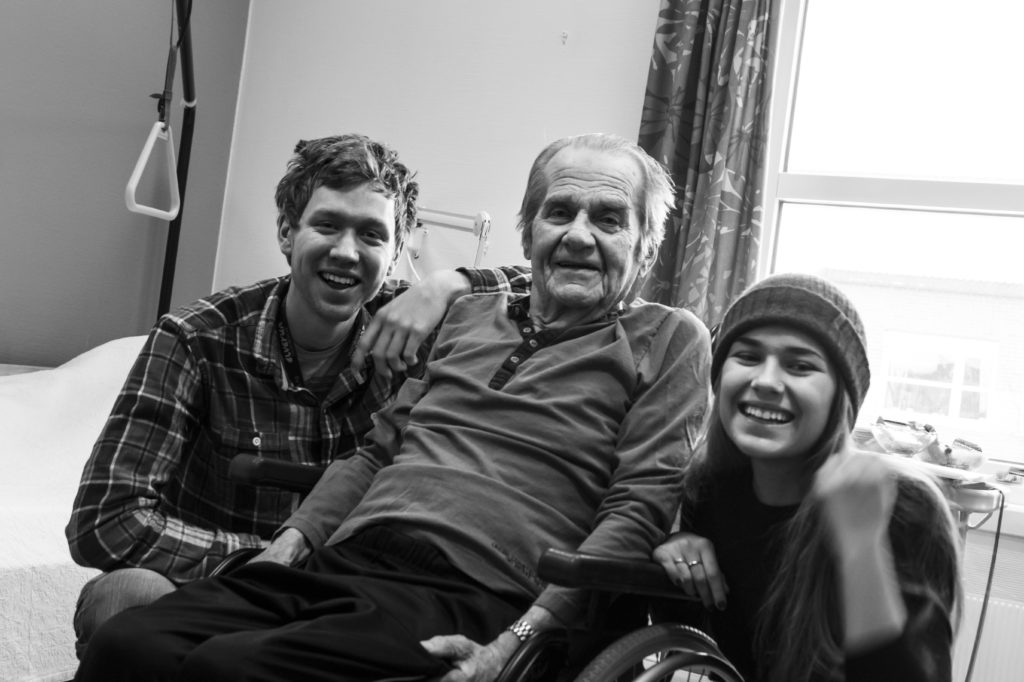 Unge mennekser på besøk hos eldre mann
