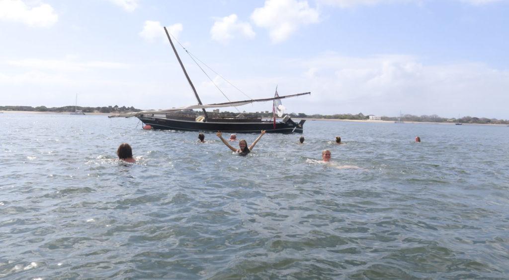 Unge mennesker bader i Dest indiske hav