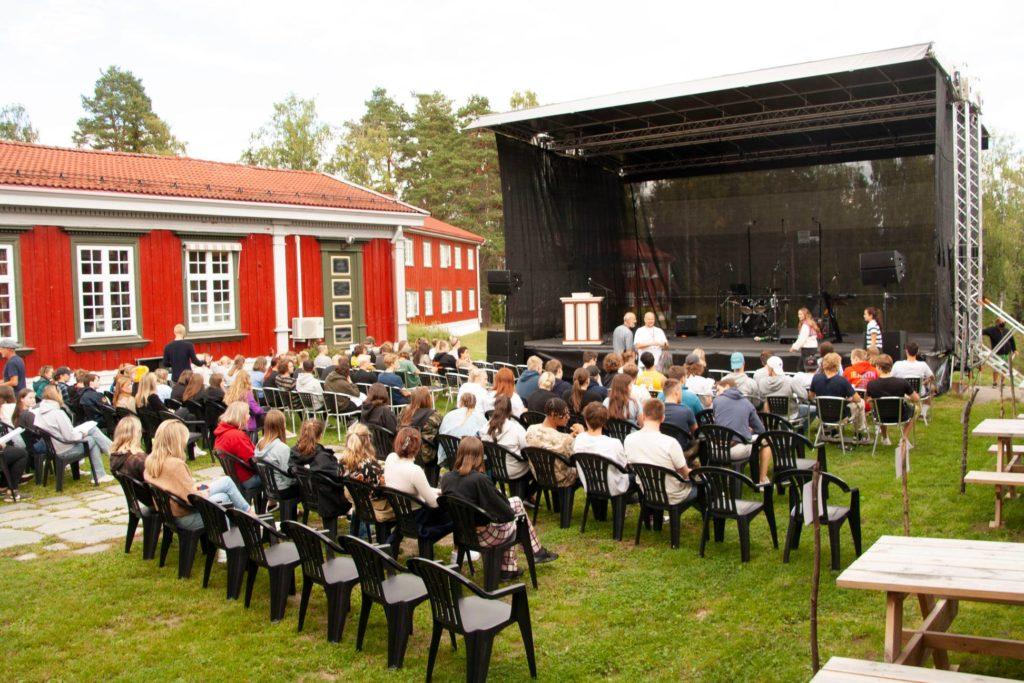 Scene og publikum på Elverum folkehøgskole