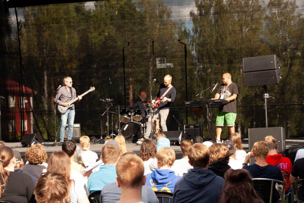 Musikere på scenen på Elverum folkehøgskole