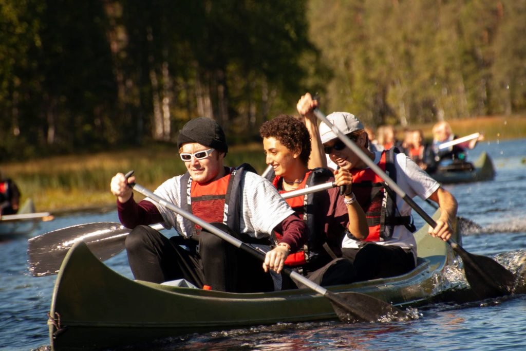 Unge mennesker fra Elverum folkehøgskole padler kano