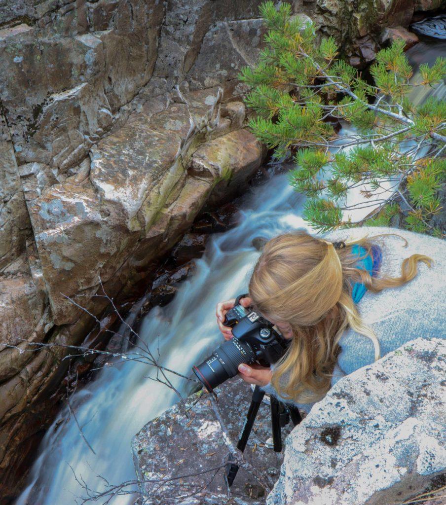Fotoelev fra Elverum folkehøgskole fotograferer foss