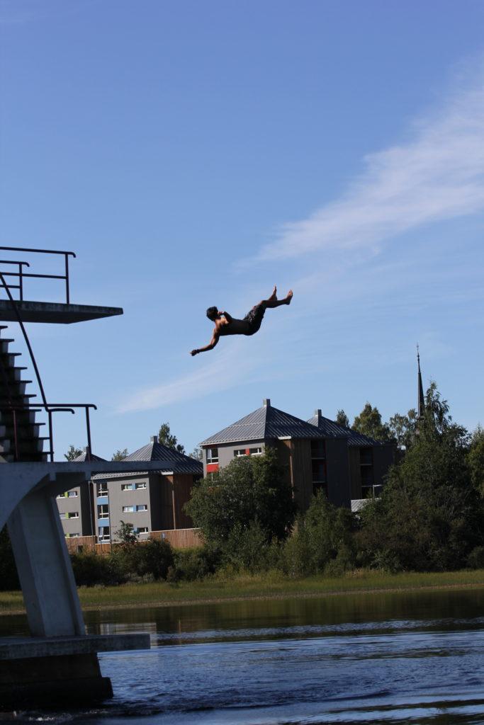 Ung mann hopper fra stupebrett