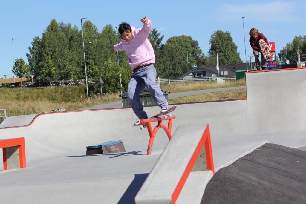 Ung mann railer på skateboard
