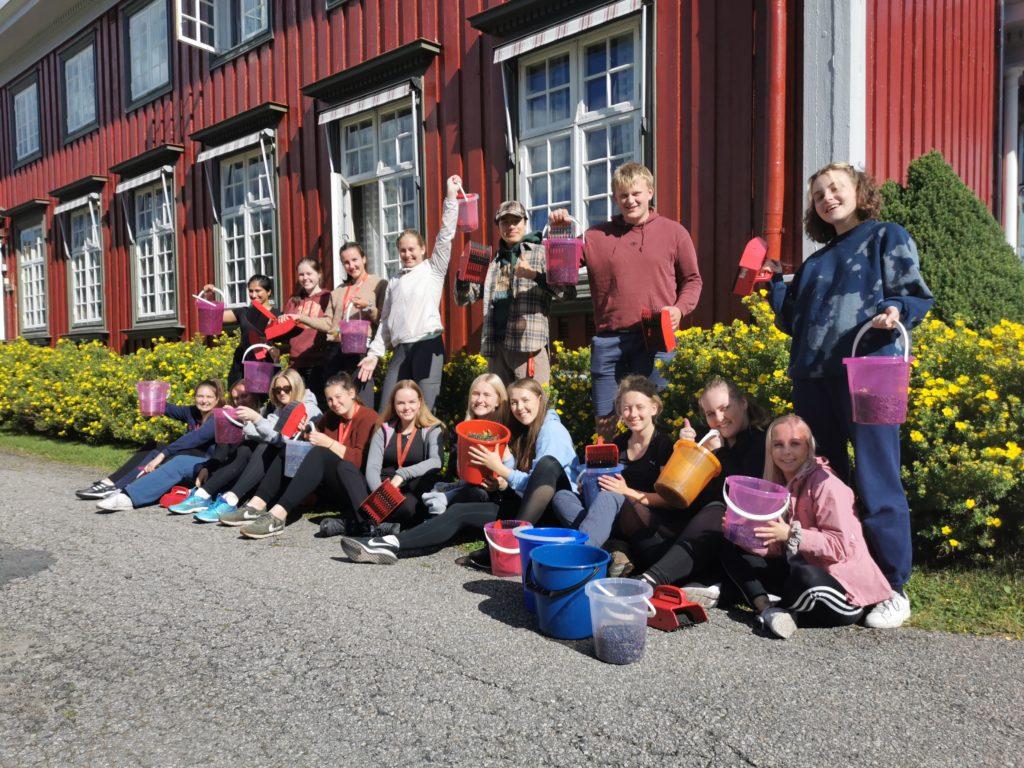 Gruppebilde utenfor hovedbygget på Elverum folkehøgskole
