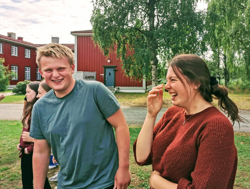 Unge mennesker ler på Elverum folkehøgskole