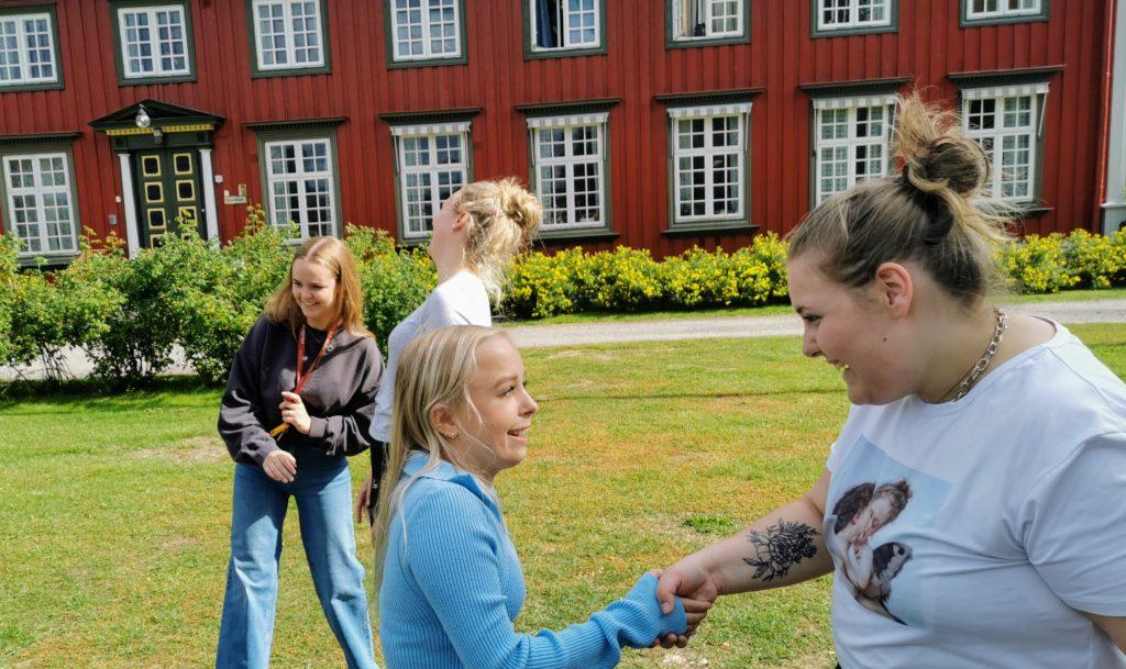 Unge mennesker hilser på hverandre på Elverum folkehøgskole