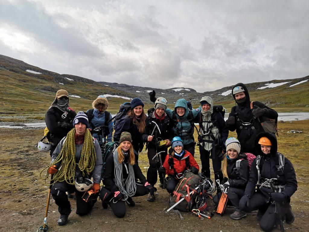 Gruppe unge mennesker på fjelltur