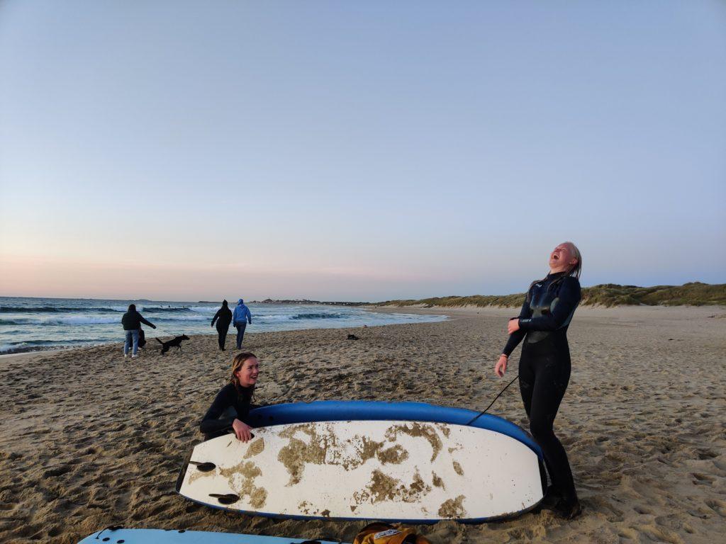 Personer med surfebrett ler
