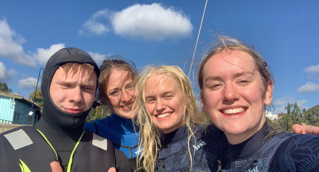 Unge mennesker fra Elverum folkehøgskole tar selfie med våtdrakt