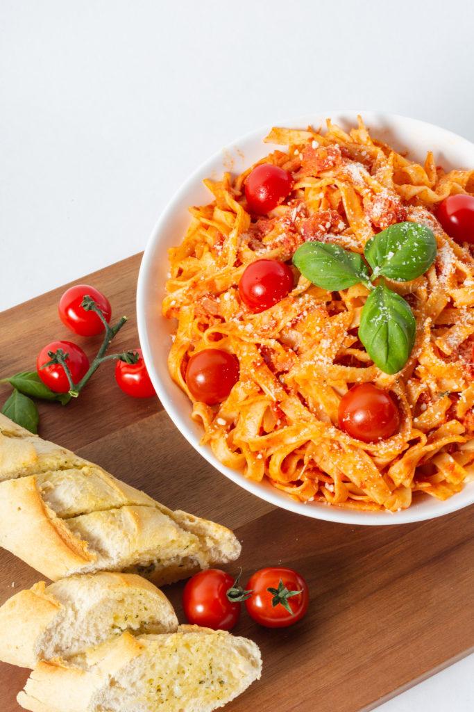 Pasta med tomat og hvitløksbaguette
