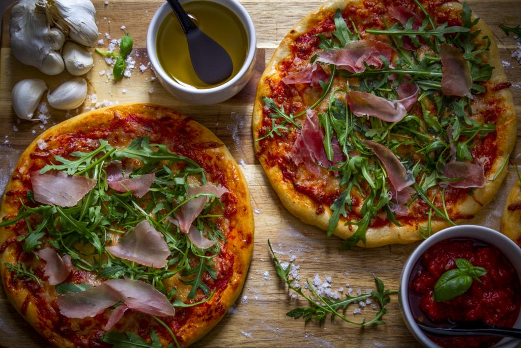 Minipizzaer på trefjøl med tilbehør