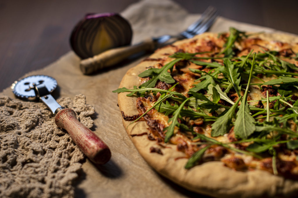 Pizza på trefjøl med tilbehør