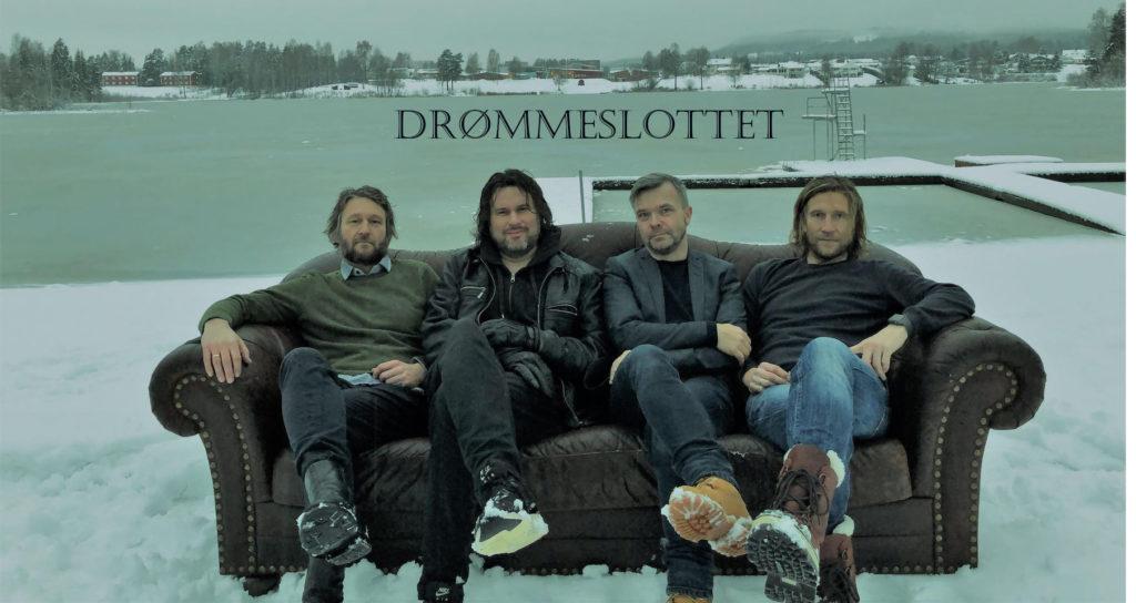 Fire menn fra Bandet Drømmeslottet i Sofa på vinteren