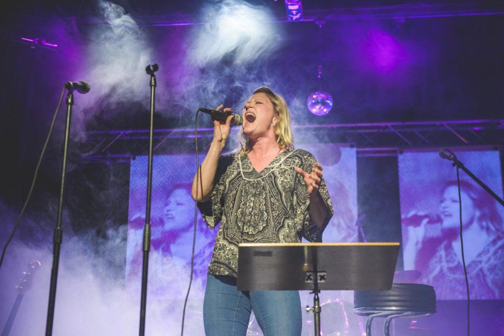 Kvinne synger på scenen