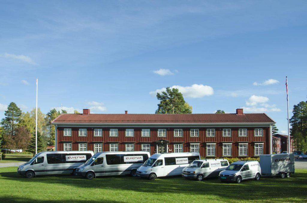 Minibusser og biler utenfor Elverum folkehøgskole