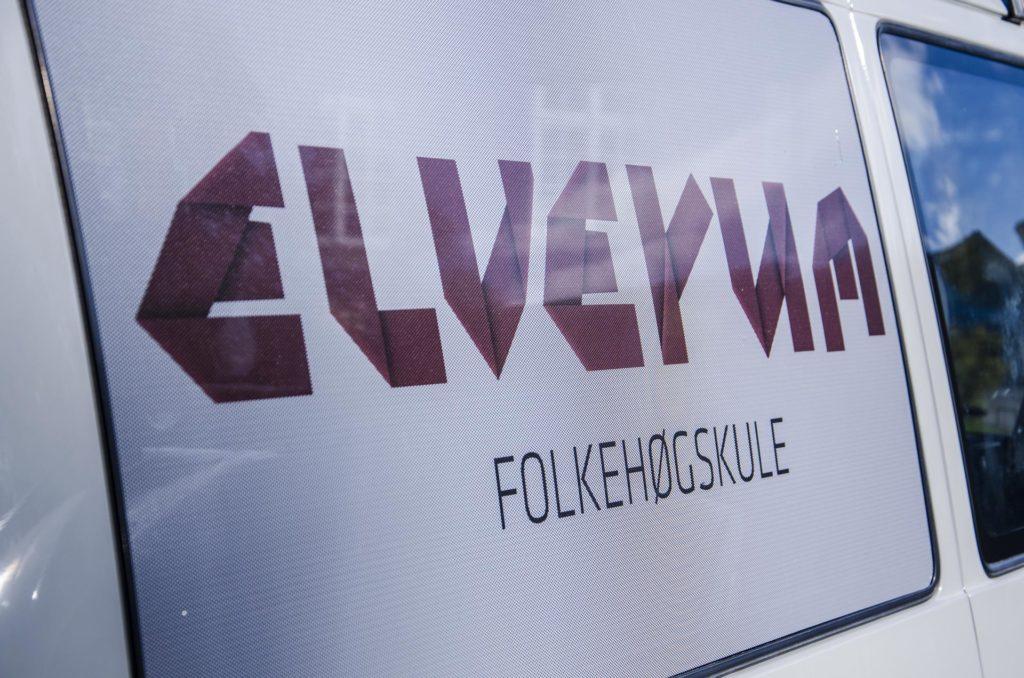 Elverum folkehøgskole logo på bil