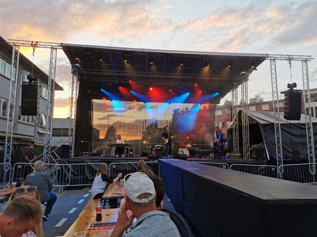 Scene med konsert og publikum på benker