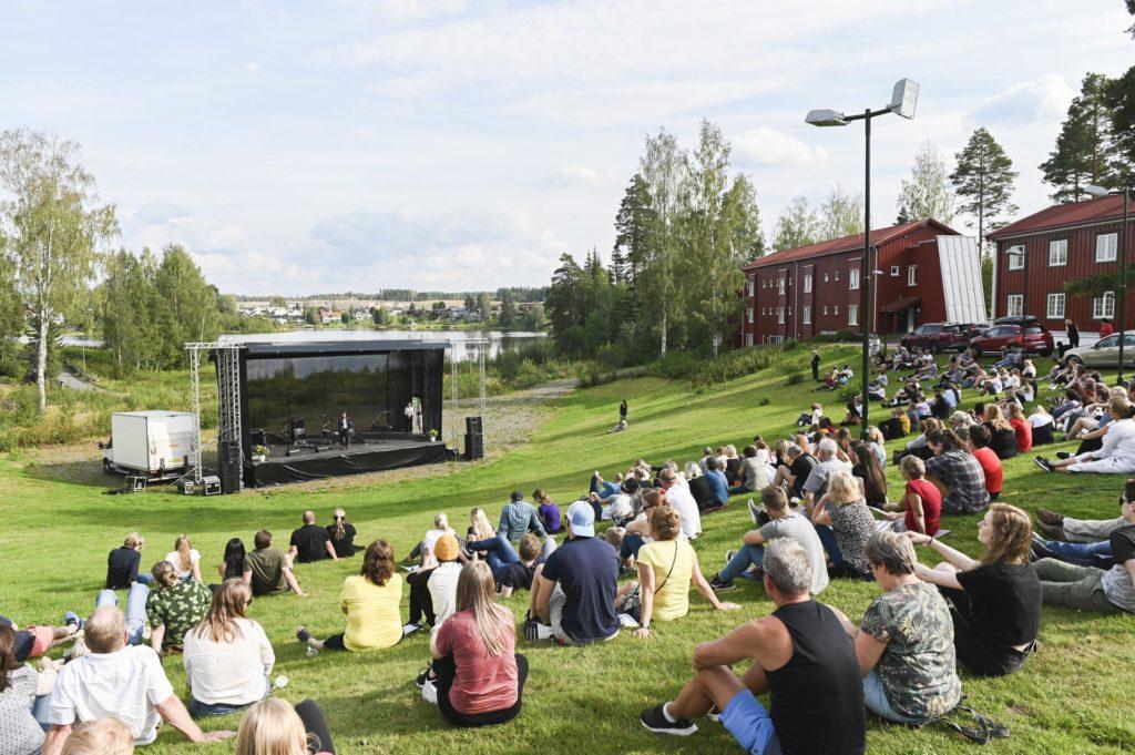 Publikum i Sagtjernet amfi ser på musikere på scene